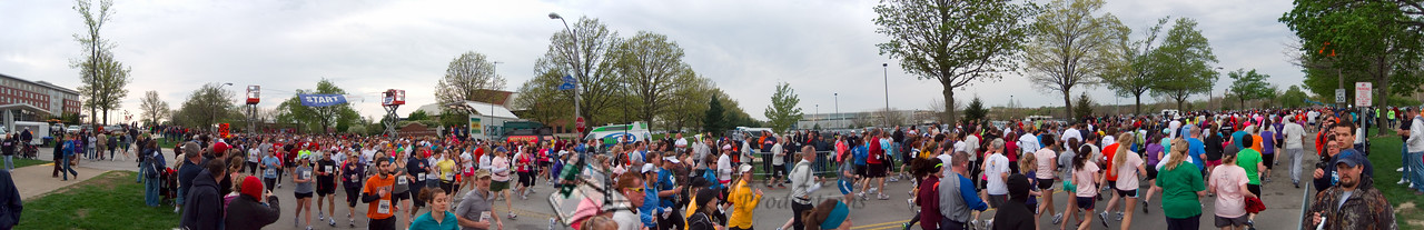 p76-1-p76-8half.jpg  Illinois Marathon 2011 Starting Line