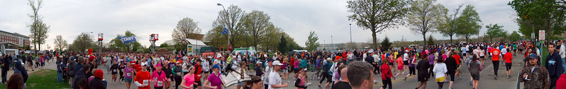 p75-1-p75-8half.jpg  Illinois Marathon 2011 Starting Line