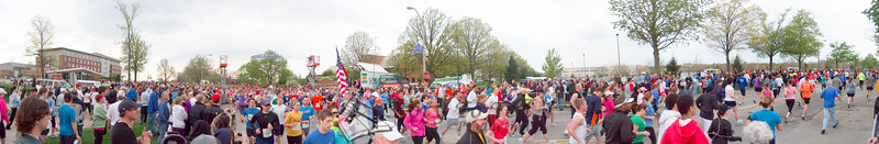 p27-1-p27-8half.jpg  Illinois Marathon 2011 Starting Line