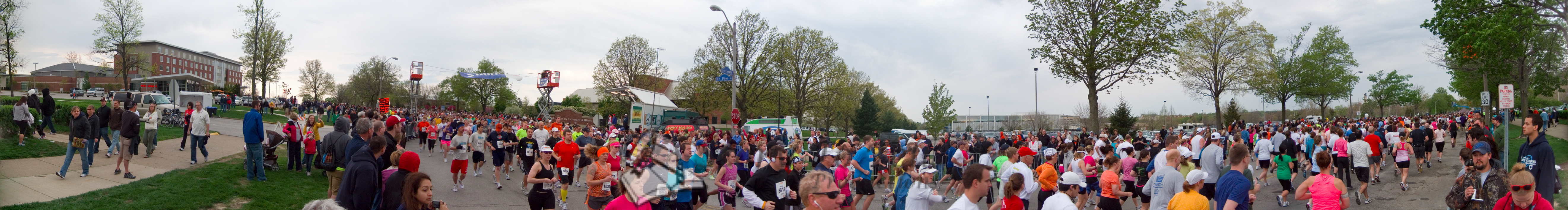 p71-1-p71-8half.jpg  Illinois Marathon 2011 Starting Line