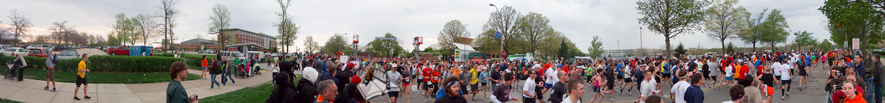 p47-1-p47-8half.jpg  Illinois Marathon 2011 Starting Line