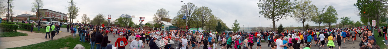p79-1-p79-8half.jpg  Illinois Marathon 2011 Starting Line