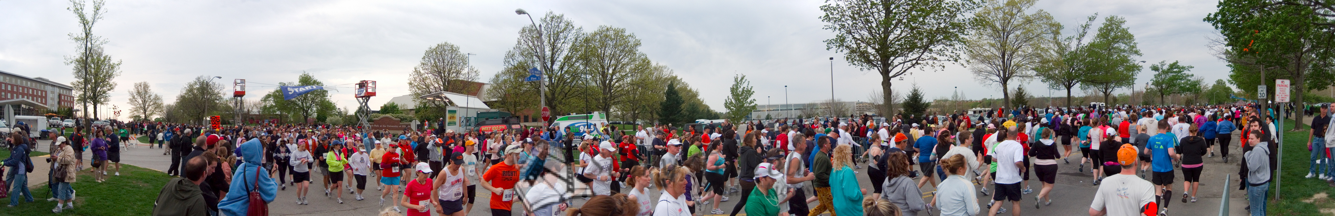 p82-1-p82-8half.jpg  Illinois Marathon 2011 Starting Line