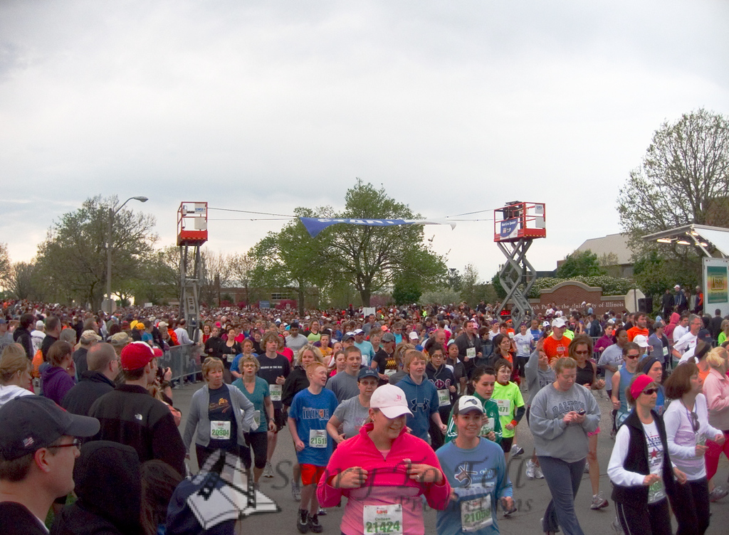 p34-1-p34-8half.jpg  Illinois Marathon 2011 Starting Line
