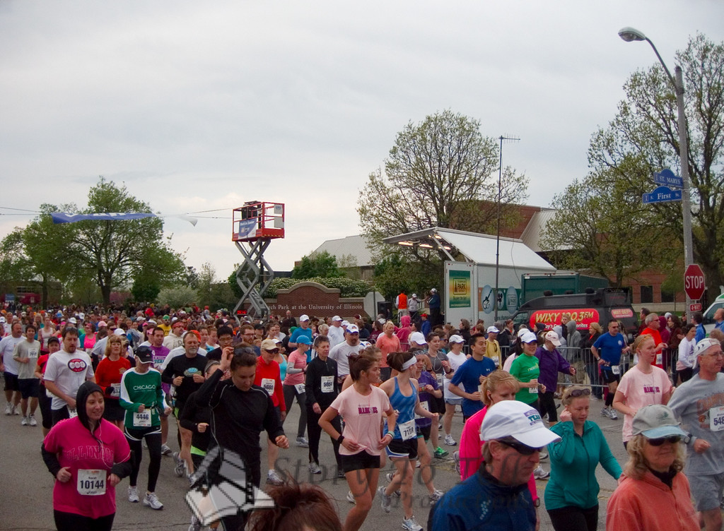 p81-1-p81-8half.jpg   Illinois Marathon 2011 Starting Line