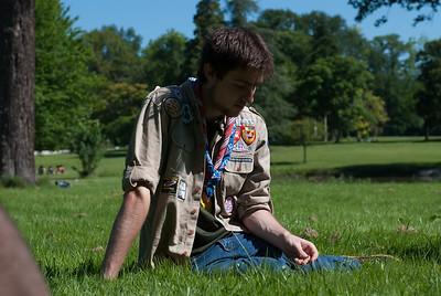 Assis dans l'herbe