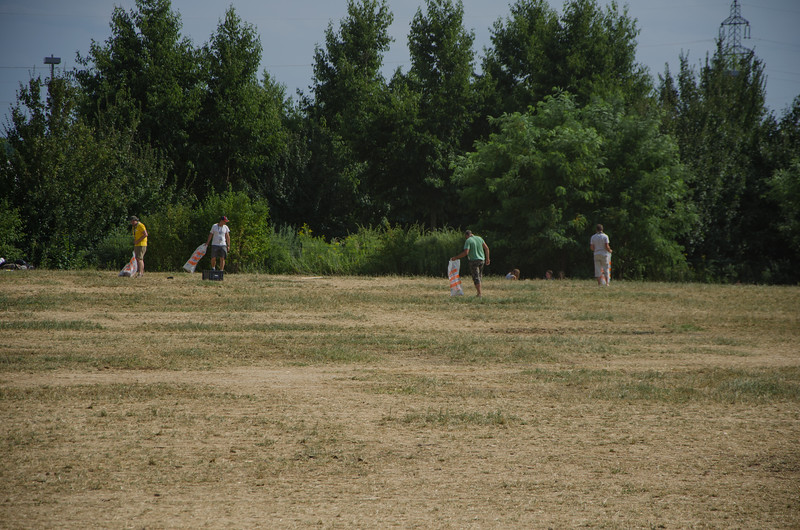 Les équipes de service ratissent le lieu de camp