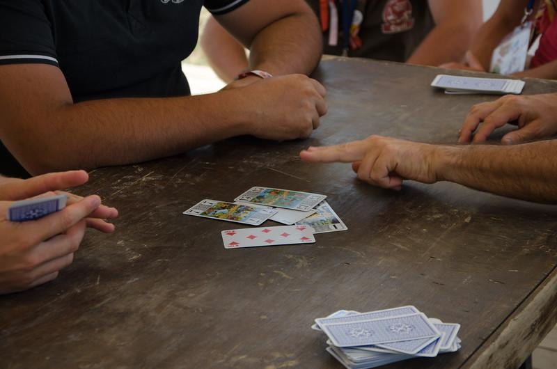 Une équipe village joue au tarot