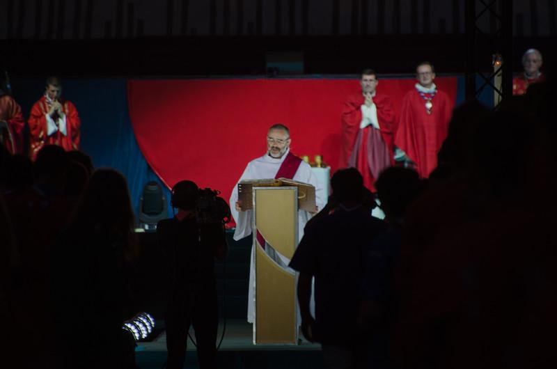 Le diacre lit l'évangile