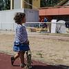 Une enfant se promène pendant la cérémonie de clotûre