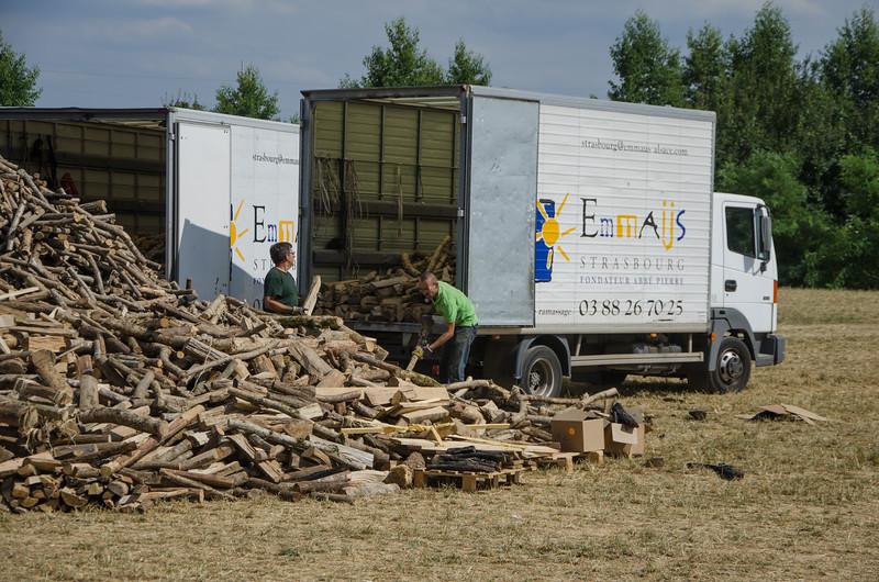 Le bois est récupéré par les compagnons d'Emmaüs
