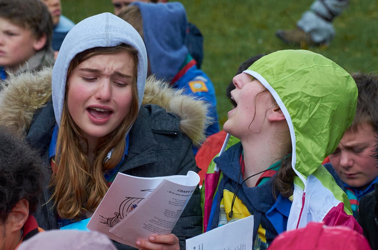Les guides chantent sous la pluie