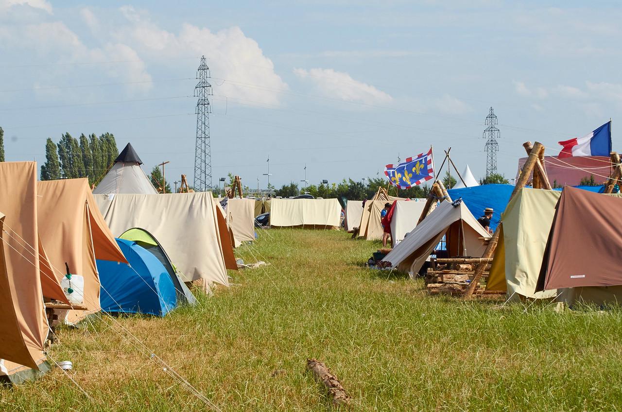 Le camp calme. Des jeunes sont tranquilles dans leur coin de caravane.