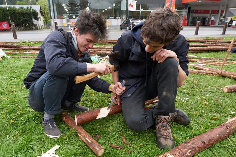 A la hache sur le ciseau à bois.
