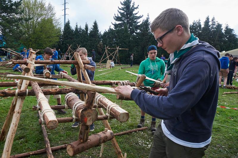 Un mécanisme très malin pour faire tourner les hélices du drône en woodcraft
