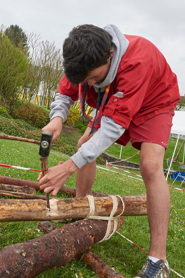 Le pionnier fait un mi-bois, une encoche en belge