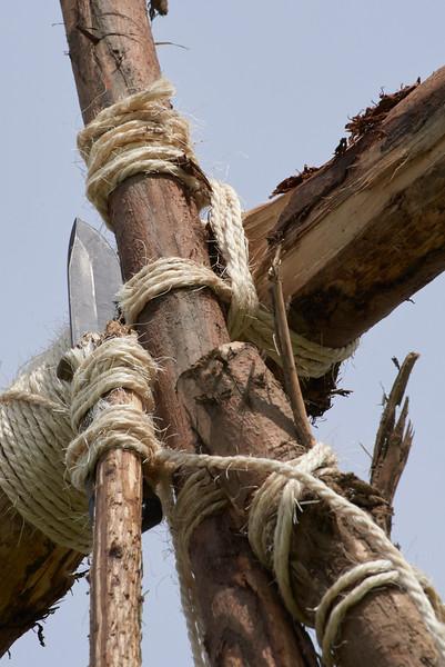 Une lance artisanale avec l'appuis sur un poignard belge.