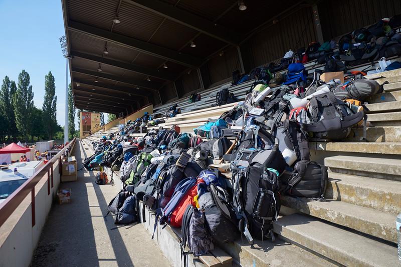 Des sacs attendent le départ