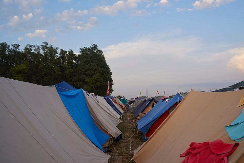 Des lignes de tentes