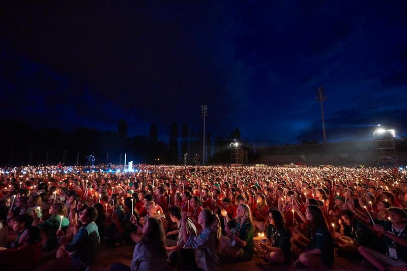 15 000 bougies et saluts scouts. Beau.