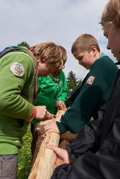 Les louveteaux travaillent le bois au petit woodcraft