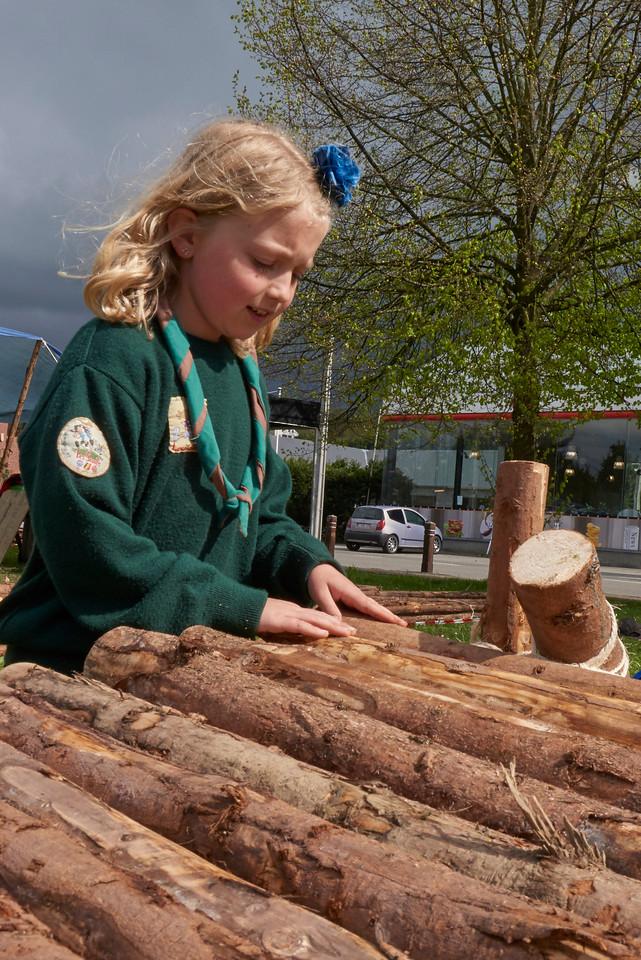La louvette vérifie le placement du bois