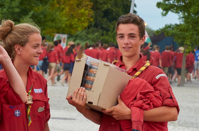 Distribution de rab de tartes aux pommes. Ce pio en a récupéré 5 pour sa caravane !