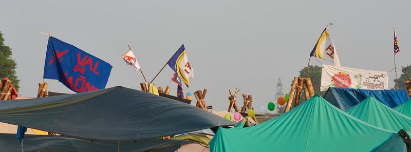 Forêt de mats de tables et de drapeaux