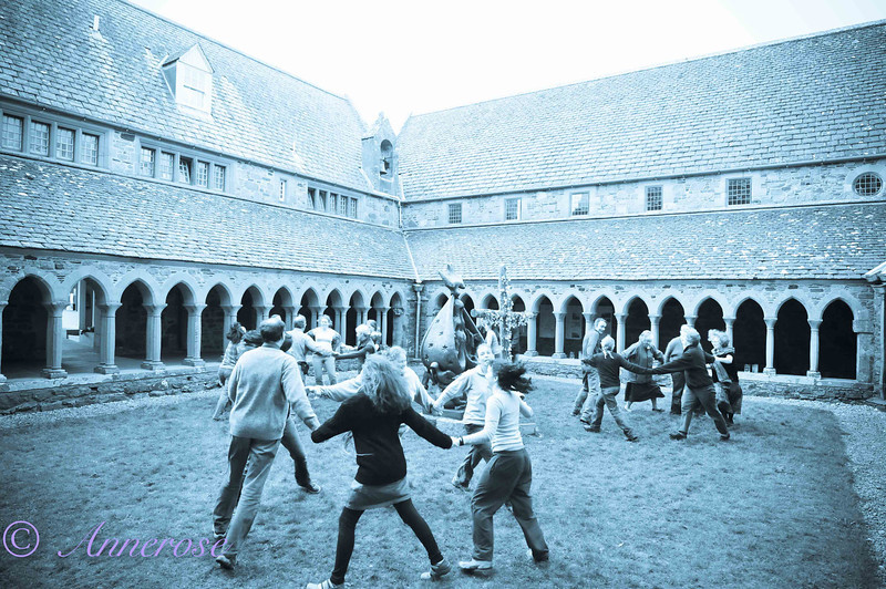 Tanzen im Klostergarten