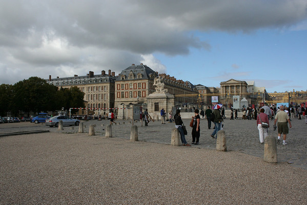 In front of Versailles Palace on Ave De L'Europe or Ave De Paris