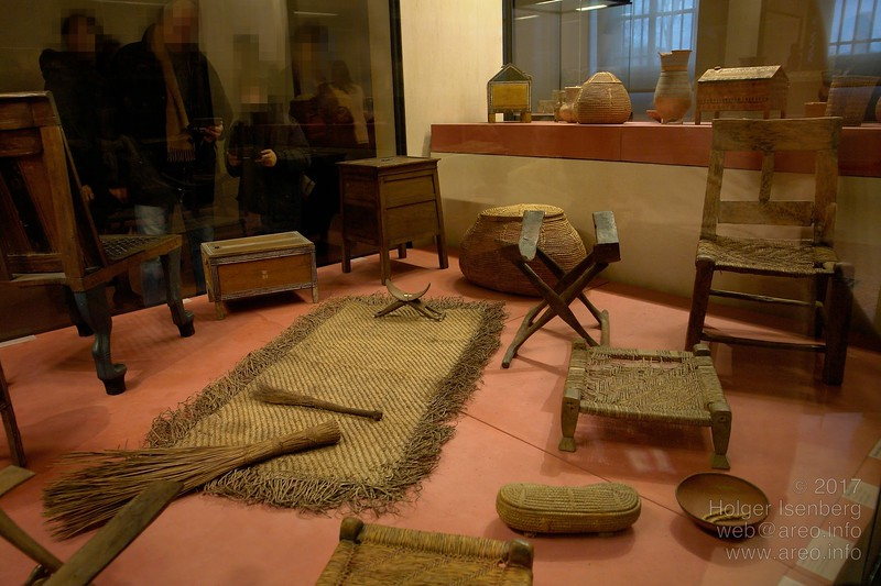 On the African continent some thousands of years ago, these Pharao's furnitures must have appeared like from an extraterrestrial Ikea.