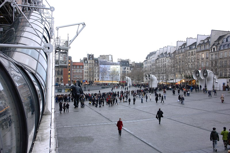 "Queue waiting in fron of the Centre Pompidou for Salvador Dalí exposition ""Surrealism c'est moi!""."