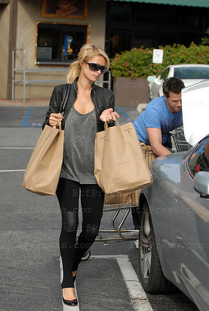 Paris Hilton and her boyfriend Doug Reinhardt make grossery shopping in the market of Beverly Glen.