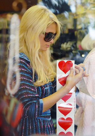 Paris Hilton make some groceries shopping for the Super Bowl, she was in two shops in Beverly Glen, she pay at the first shop $692.91 and at the second one $595.91.