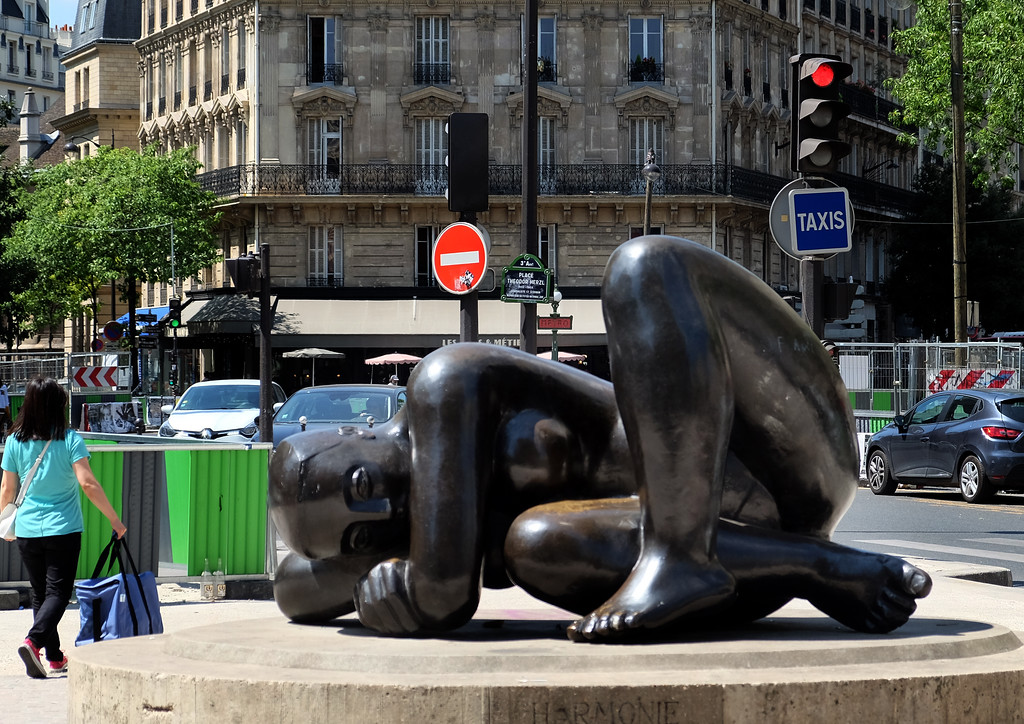 . Statue Harmonie by Antoniucci Volti on Rue Réaumur in Paris. Photo by Shmuel Thaler