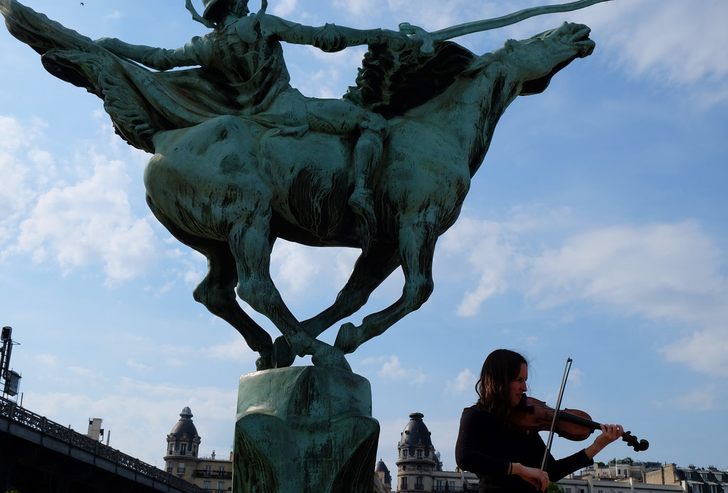 . Violinist plays on Pont de Bir-Hakeim, formerly the Pont de Passy, a bridge that crosses the Seine to the west of the Eiffel Tower. Photo by Shmuel Thaler