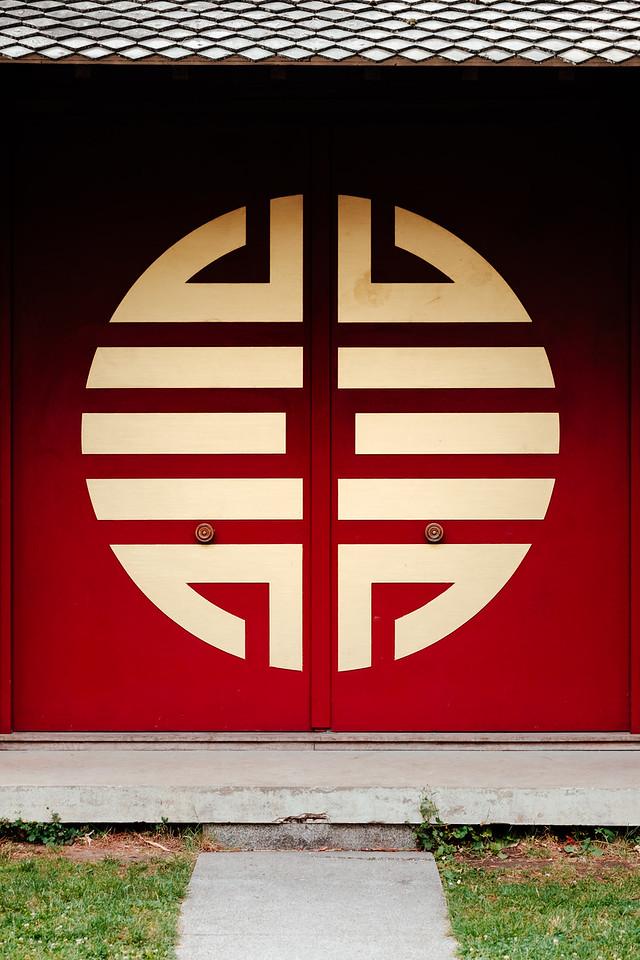 "Door of the ""temple du souvenir indochinois"""