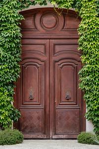 A porte-cochère wooden double door in Paris