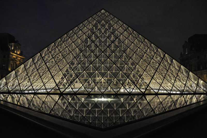 """<DIV ALIGN=RIGHT><i><a class=""""nav"""">© Felipe Popovics</a></i></DIV> Pyramide du Louvre"""