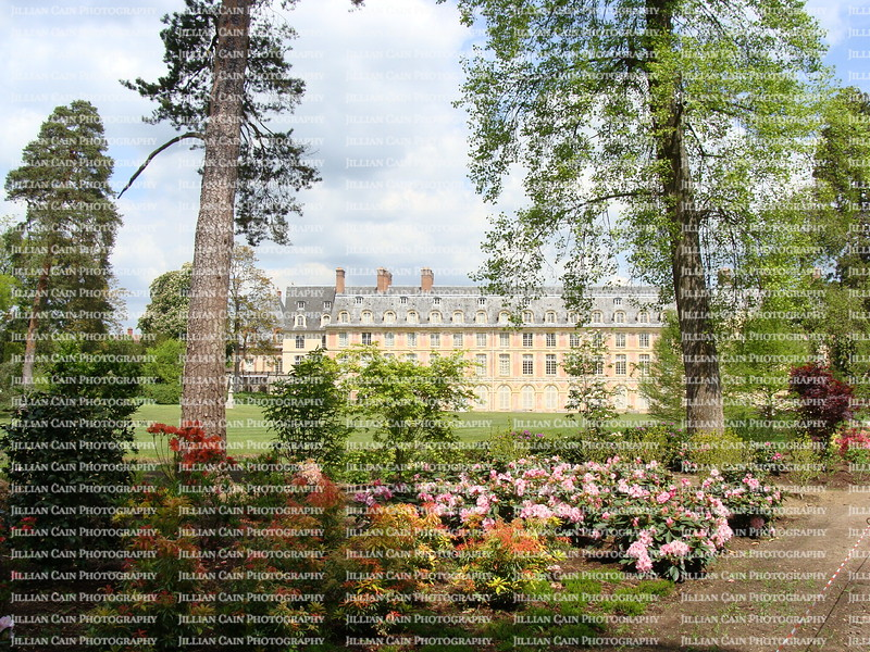 Chateau de Fountainbleu and blooming flowers