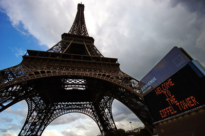 Paris_Eiffel_Tower_Welcome-sign_RAW7190