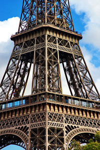 Paris_Eiffel_Tower_mid-section_RAW7160