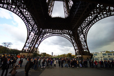 Paris_Eiffel_Tower_Crowds_RAW7197