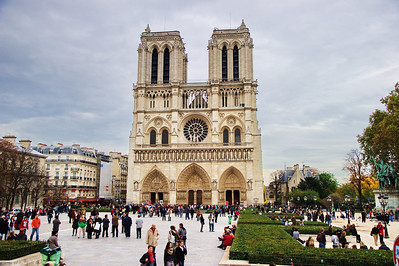 Paris_Notre_Dame_Courtyard Crowds_RAW7727