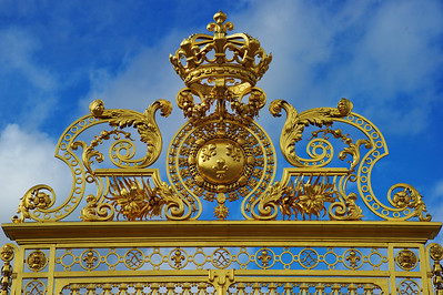 Paris_Versailles_Front-gate_Louis-crown_RAW7350