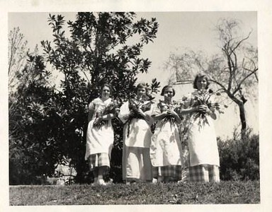 Girls with Flowers (00323)
