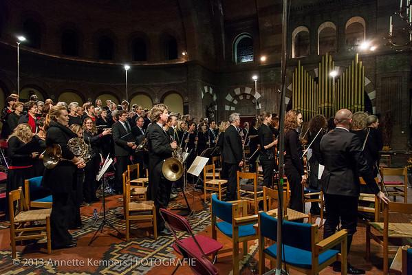 Uitvoering; opkomst dirigent en solisten