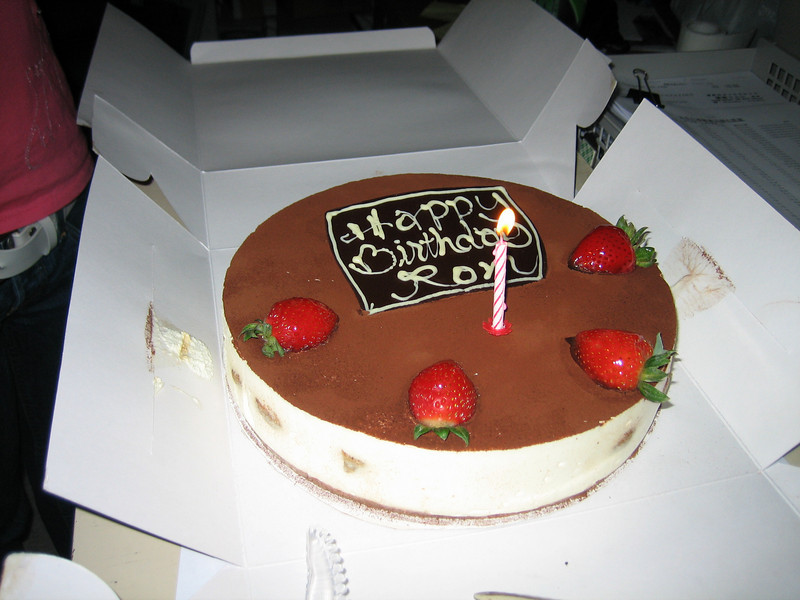 "IMG_0031  Birthday Cake  呢個蛋糕個""Ron""字轉左做""Rom"",文熙影果陣都要就一就位。"