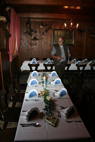 Hartmut dekoriert die Tafel herzlich
