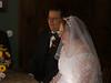 Braut und Bräutigam lauschen der Rede der Standesbeamtin